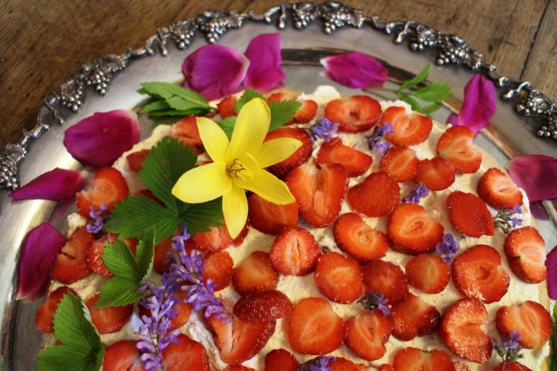 Härligt att dekorera mat och kakor med rosor och annat grönt